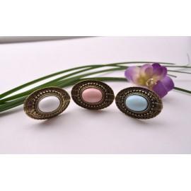 Tepaný prsteň + farbený kameň